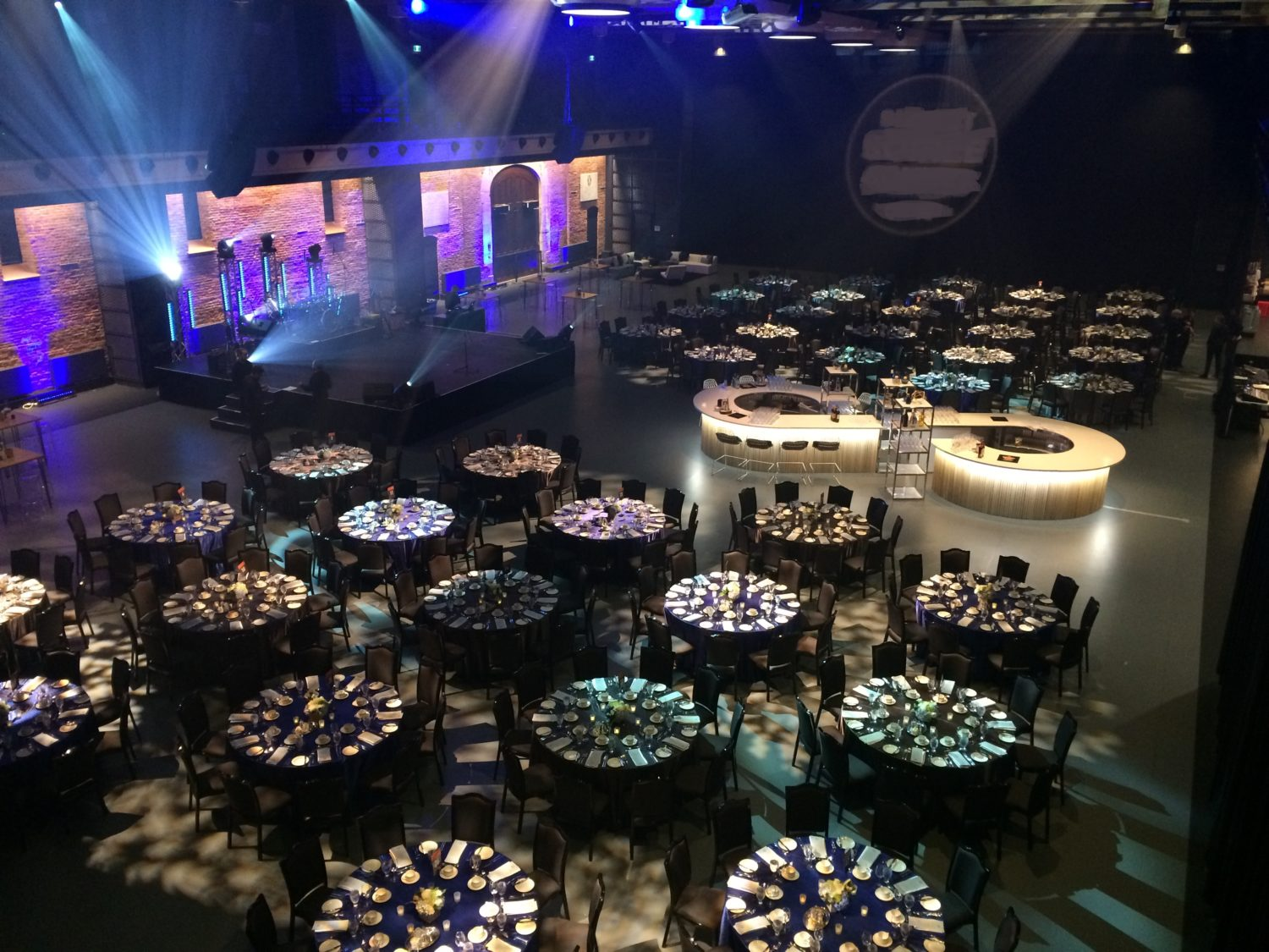 400 pers Tables rondes + Bar central